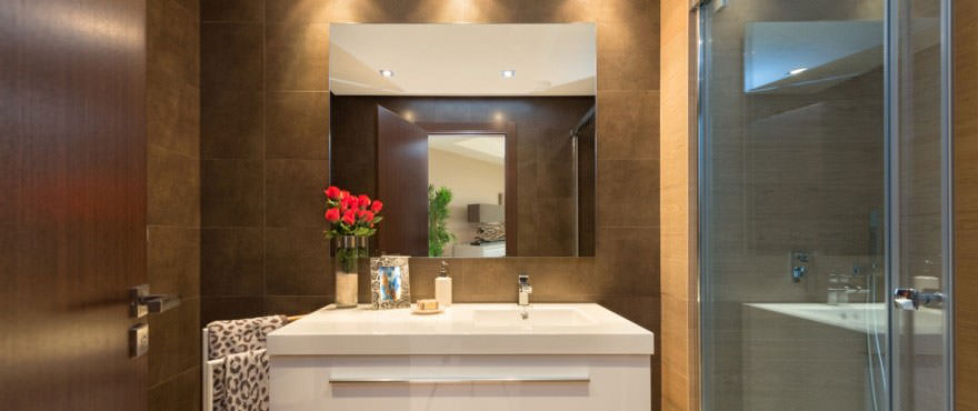 http://estatesinthesun.com/properties/wp-content/uploads/2015/06/B10_Avalon_bathroom-880x370.jpg
